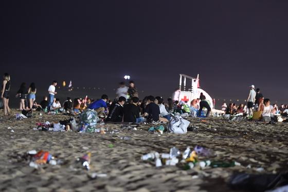 지난 5일 강릉 경포해수욕장에 피서객이 버린 쓰레기가 널려 있다. [박진호 기자]