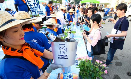 10일 전북 전주종합경기장에서 열린 가맥축제에서 참가자들이 맥주를 사고 있다. [프리랜서 장정필]