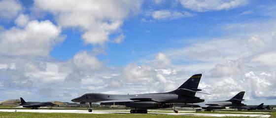 지난 10일 북한의 포위사격 위협을 받고 있는 괌 앤더슨 공군기지에서 장거리 전략폭격기 B-1B '랜서'가 대기하고 있다. 미 공군에 따르면 북한에서 2100마일(3379㎞)가량 떨어진 괌에는 현재 6대의 B-1B가 배치돼 있다. 미 NBC 방송은 복수의 고위 군 관계자를 인용해 도널드 트럼프 대통령이 공격명령을 내리면 괌에 배치된 장거리전략폭격기 B-1B '랜서'기를 동원, 수십 곳의 북한 미사일 기지를 선제타격하는 내용의 구체적인 작전계획을 마련한 것으로 전했다. [연합뉴스]