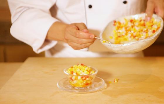 다진 오징어를 넣어 세비체 소스 그대로 먹어도 쫄깃한 식감을 즐길 수 있다.