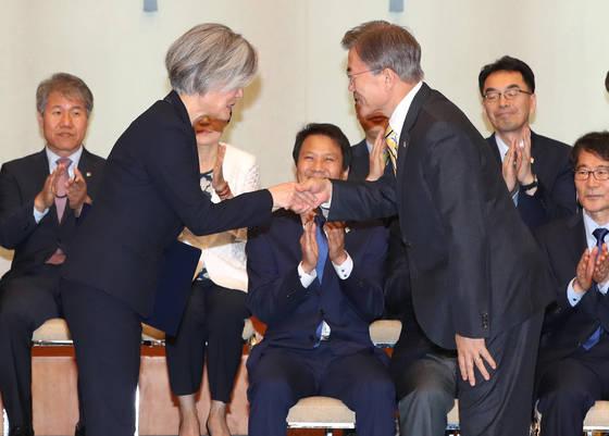 문재인 대통령이 지난 6월 18일 청와대에서 강경화 신임 외교부 장관에게 임명장을 수여하고 있다. [연합뉴스]