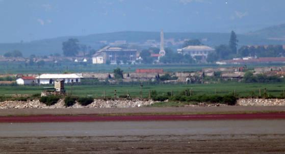 지난 달 26일 북한과 3km 가량 떨어진 강화군 교동도에서 바라본 황해도 연백군 일대모습. 왼쪽 아래 해안가 북한초소와 마을 한가운데 김일성탑이 서있다. 교동도=최승식 기자