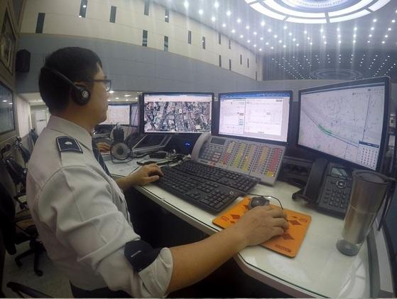 경찰이 112종합상황실에서 신고 전화를 받고 있다. [중앙포토]