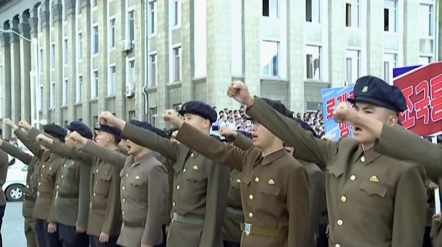 평양시 청년·학생들의 입대와 복대(재입대)를 탄원하는 모임이 김일성광장에서 열렸다고 북한 조선중앙TV가 11일 보도했다. 청년들이 구호를 외치고 있다. [연합뉴스]