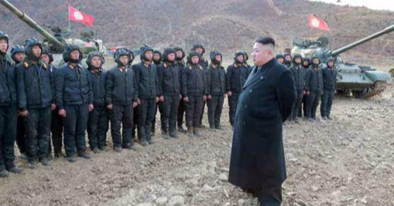 지난 4월 조선인민군 탱크병경기대회에 참관한 북한 김정은 위원장. [사진 노동신문]