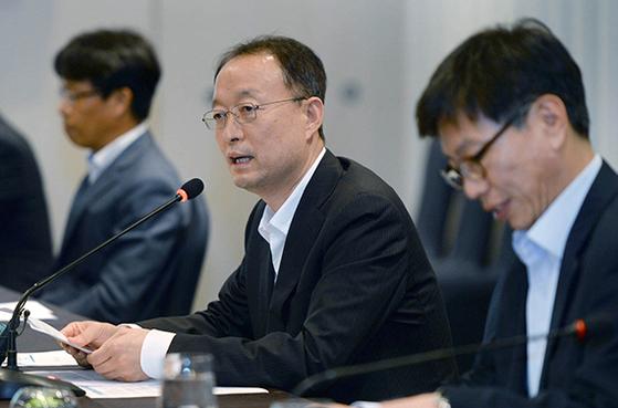 백운규 산업통상자원부 장관(가운데)이 11일 '섬유업계 상생협력 간담회'를 주재하고 있다. [연합뉴스]