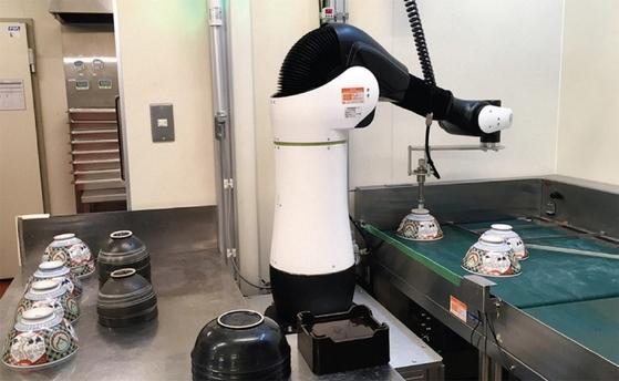 덮밥 체인점 요시노야 아다치구 호키마점에서는 식기 로봇이 세척된 식기를 정리하고 있다. [사진·코트라 도쿄 무역관·일본 아이티미디어]