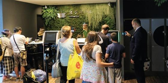 헨나호텔에서는 공룡 로봇이 여행객의 체크인을 도와준다. [사진·코트라 도쿄 무역관]