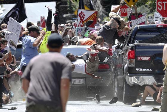 12일(현지시간) 미국 버지니아주 샬러츠빌에서 반인종주의 시위대를 향해 차량 1대가 돌진해 1명이 숨지고 19명이 다쳤다고 CNN이 전했다. [AP=연합뉴스]