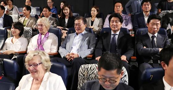 문재인 대통령이 13일 영화 '택시운전사'의 주인공 힌츠페터 기자의 부인과 영화를 관람했다. [연합뉴스]