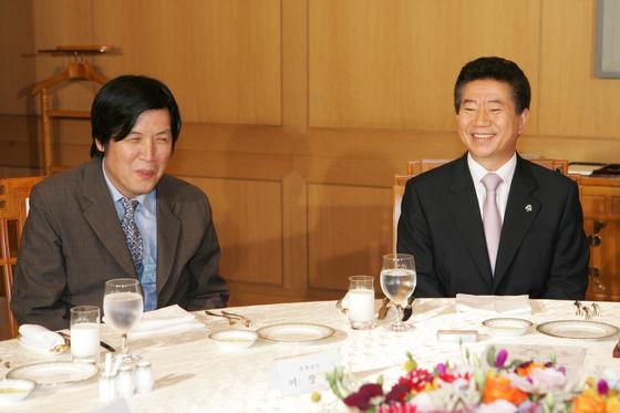 지난 2007년 노무현 전 대통령이 영화 `밀양` 제작진을 청와대로 초청해 함께 점심을 들며 이야기를 나누다 이창동 감독(왼쪽)과 웃고 있다. [중앙포토]