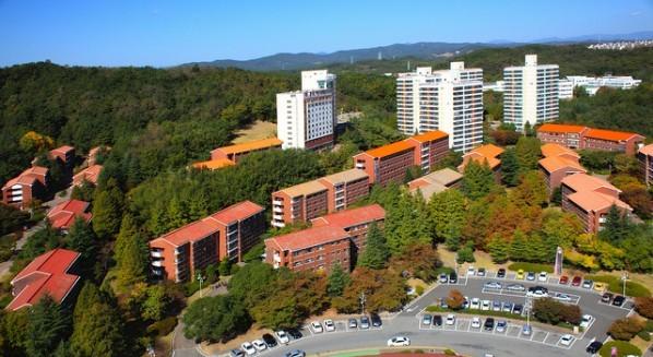 포스텍 생활관의 모습. 포스텍은 학부생, 대학원생을 위한 생활관 24개동을 운영하고 있다. 학부1,2학년은 의무적으로 RC(Residential College)에서 생활한다. 학부 3,4학년과 대학원생은 일반 생활관에, 결혼한 대학원생은 대학원아파트에 입사할 수 있다. 숲에 위치한 생활관은 3층~5층 건물이다. 13층 건물인 RC동에는 층마다 간식실이 있고, 방마다 샤워실을 겸한 화장실이 있다. [사진 포스텍]