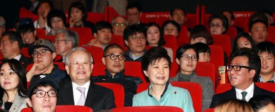 박근혜 전 대통령이 지난 2014년 서울 용산구 한 극장에서 '문화가 있는 날' 행사의 일환으로 영화 '국제시장'을 관람하고 있다. [청와대사진기자단]