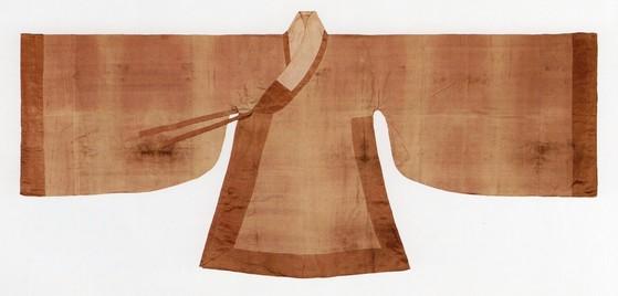 조선시대 무덤에서 출토된 수의 모습. 삼베로 짓지 않아 부드럽고 하려하다. [사진 단국대]