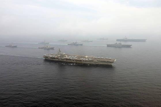 지난 6월 1일 미 해군의 칼빈슨함(가운데ㆍ제일 가까운 쪽)과 로널드 레이건함(제일 오른쪽)이 호위 함정들과 함께 한반도 인근 해역에서 합동훈련을 하고 있다. [사진 미 태평양사령부]