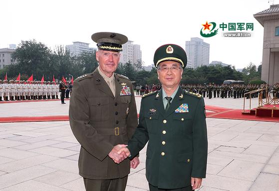 15일 오후 조셉 던퍼드 미국 합참의장(왼쪽)과 팡펑후이 중국 중앙군사위 연합참모부 참모장(오른쪽)이 베이징 팔일빌딩에서 회담에 앞서 환영식을 갖고 악수하고 있다. [사진=해방군보]