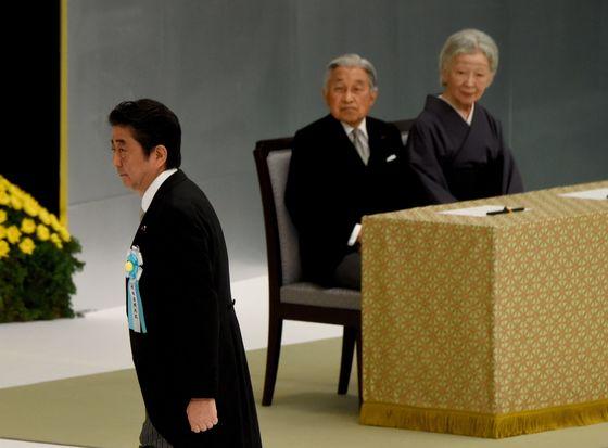 아키히토 일왕(오른쪽에서 둘째)과 미치코 왕비가 15일 도쿄 닛폰부도칸에서 열린 제72주년 전국전몰자추도식에서 추도사를 하기 위해 연단에 오르는 아베 신조 총리를 바라보고 있다. [도쿄 AFP=연합뉴스]