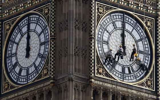 2007년 8월 영국 런던의 '빅벤(Big Ben)'의 시계판을 청소하는 작업자들. [로이트=연합뉴스]