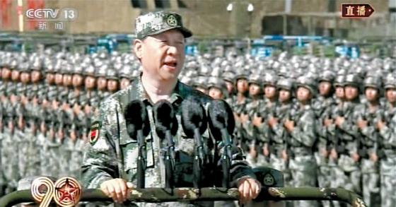 지난달 30일 인민해방군 건군 90주년 기념 열병식에 군복을 입고 사열하는 시진핑 중국 국가주석. [사진 CCTV 캡처]