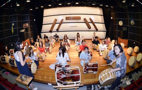 충북 영동군 심천면 고당리에 있는 영동국악체험촌에서 대학생들이 장구를 배우고 있다. 프리랜서 김성태