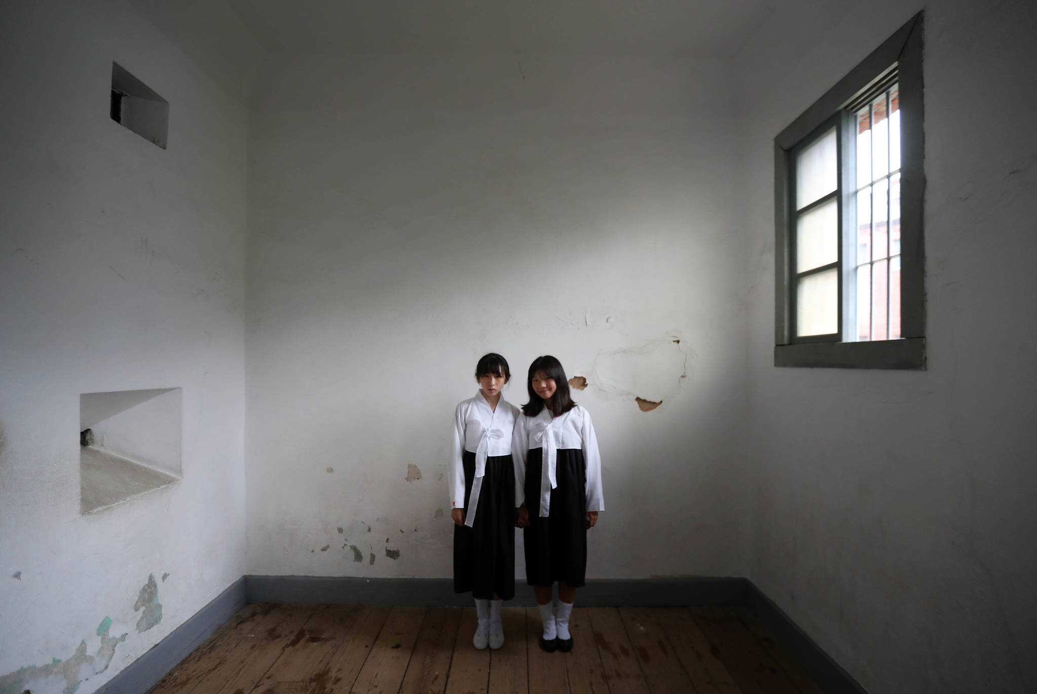 창동중 1년생인 홍소민(14, 왼쪽) 최민경(14)양이 한복 차림으로 서대문형무소를 찾았다. 신인섭 기자