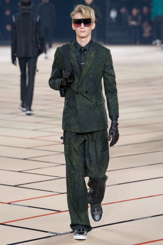 올 해외 패션 브랜드의 가을·겨울 남성복 컬렉션에서는 슈트 차림에 백팩을 착용한 모델이 종종등장했다. [사진 디올]