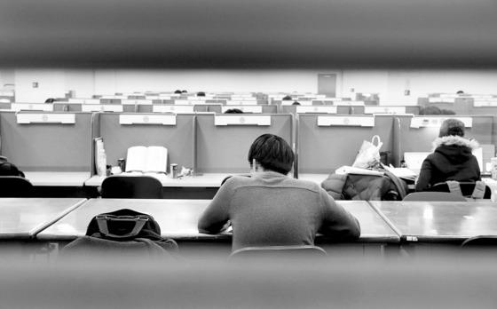 한 취업준비생이 대학교 도서관에서 공부를 하고 있다. [중앙포토]