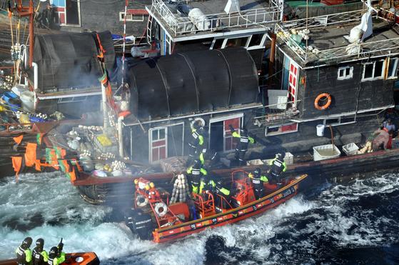 지난해 10월 해경이 불법 조업하는 중국 어선을 나포하기 위해 선체로 힘겹게 진입하고 있다. [사진 인천해양경비안전서]