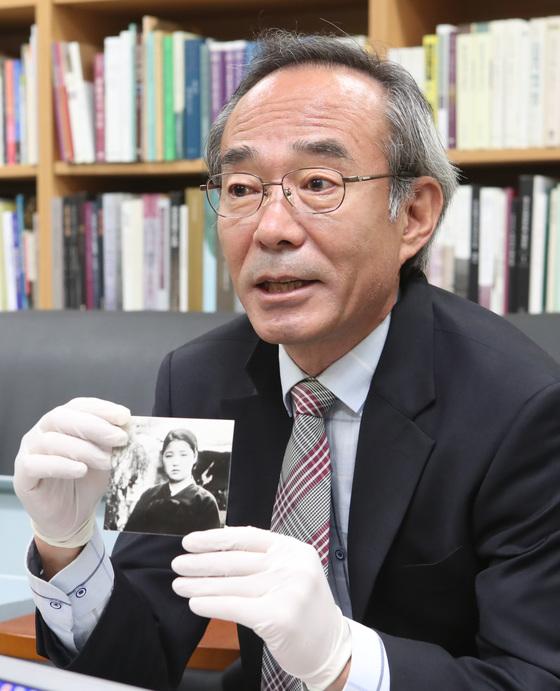 일본인으로부터 기증받은 부산출신 위안부 사진을 들어보이고 있는 김우림 관장. [송봉근 기자]