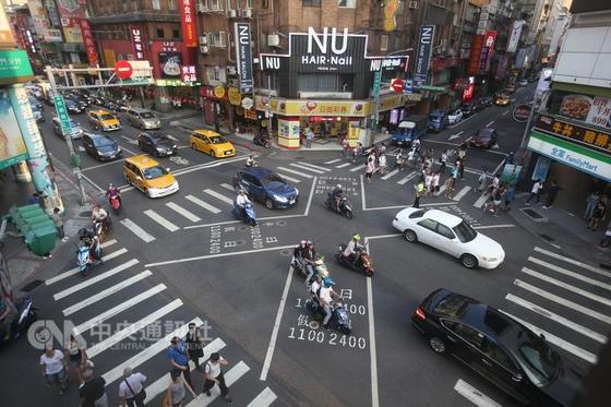 15일 오후 대규모 정전으로 신호등이 꺼진 대만 타이베이시 번화가의 사거리 [사진=대만중앙통신사]
