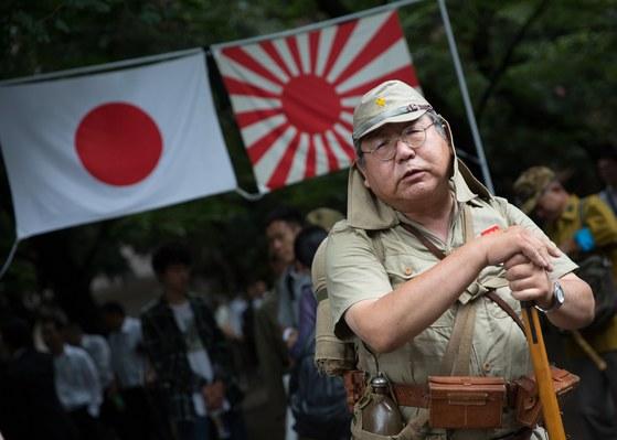 15일 일본 도쿄 야스쿠니 신사 경내에서 한 남성이 구일본군 복장을 하고 있다. [도쿄 AFP=연합뉴스]