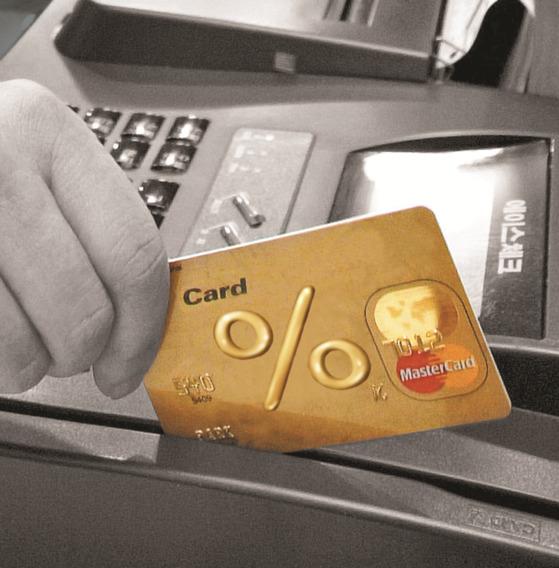 2016년 우리 국민이 신용카드 해외 가맹점에서 원화결제 수수료로 지불한 금액이 100억원 안팎에 달하는 것으로 추정된다. [중앙포토]