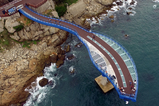 부산 해운대구 청사포 앞바다를 바다위에서 조망 할 수 있는 '청사포 다릿돌전망대'가 17일 준공돼 시민들이 바다를 보며 산책하고 있다. 송봉근 기자
