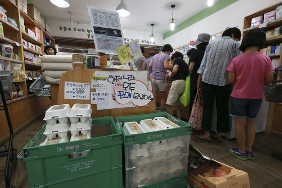 17일 오전 서울 서초구 반포동에 있는 유기농 식품 매장에 계란을 구입하려는 인파가 몰렸다.'유정란은 모두 판매되었다'는 안내가 붙어있다. 살충제 계란에 대한 불안감이 커지는 가운데 관련 기관은 인체 유해성 판단을 미루고 있다.임현동 기자