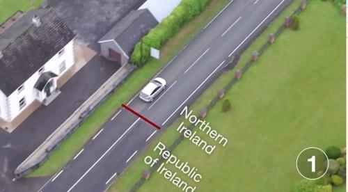 마을에 있는 북아일랜드-아일랜드 국경 [BBC 홈페이지 캡처]