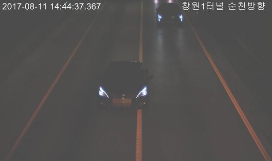한국도로공사는 지난 1월 남해고속도로 창원1터널에 설치한 첨단 지능형 폐쇄회로TV(CCTV)를 다른 터널에도 순차적으로 설치키로 했다. 지능형 CCTV는 차로 변경을 자동 감지한다. [사진 한국도로공사]