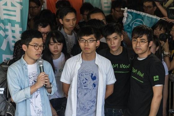 홍콩 '우산혁명'의 주역인 조슈아 웡(가운데, 네이선 로(왼쪽), 알렉스 차우(오른쪽)이 17일 홍콩 고등법원의 판결을 앞두고 기자회견을 열고 있다. [홍콩 EPA=연합뉴스]