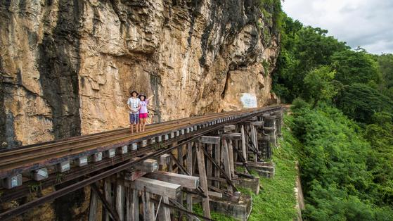 방콕에서 2시간이면 닿는 근교 도시 깐짜나부리. 수많은 노동자가 동원된 태국~미얀마 철도는 현재 역사 관광지가 됐다.