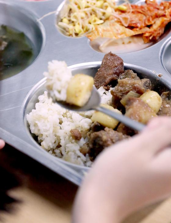 전국 대부분 시·도 교육청은 16일 당분간 학교 급식에 계란을 쓰지 않도록 했다. 이날 서울 시내 한 중학교에서 학생이 점심 급식을 먹고 있다. [김경록 기자]