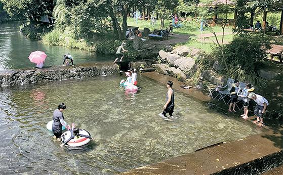 여름 휴가철을 맞아 제주도를 찾은 관광객들이 서귀포시 정모시쉼터에서 물놀이를 하고 있다. 올해 제주는 중국인 단체 관광객이 급감한 반면 내국인과 일본인 관광객들은 크게 늘어나는 추세다. [최충일 기자]