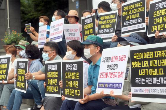 말기 암환자와 가족들이 지난 16일 서울 중구 국가인권위원회 앞에서 면역항암제 오프라벨의 처방 제한을 풀어 달라는 집회를 열고 있다. [최정동 기자]