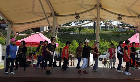 서울 마포구청이 운영하는 '토요 한강 건강상담실'의 체조 프로그램에 참여한 시민들. 매주 토요일 한강공원에 마련되는 이 상담실은 마포구민이 아닌 이들에게도 무료로 건강 검진을 해준다. [사진 마포구청]