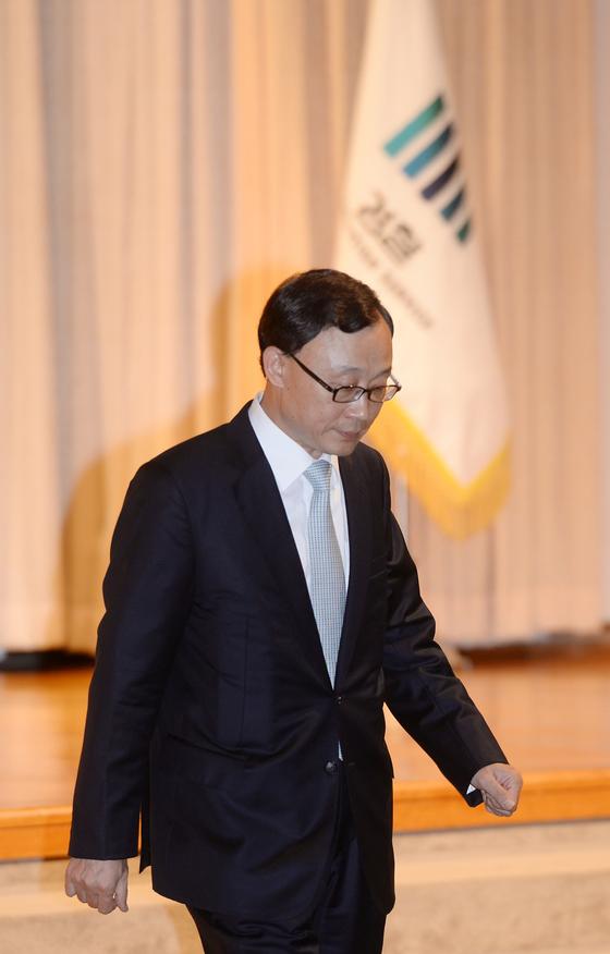 2013년 9월 채동욱 전 검찰총장이 서울 서초동 대검찰청에서 퇴임사를 마치고 자리로 돌아가고 있다.[중앙포토]