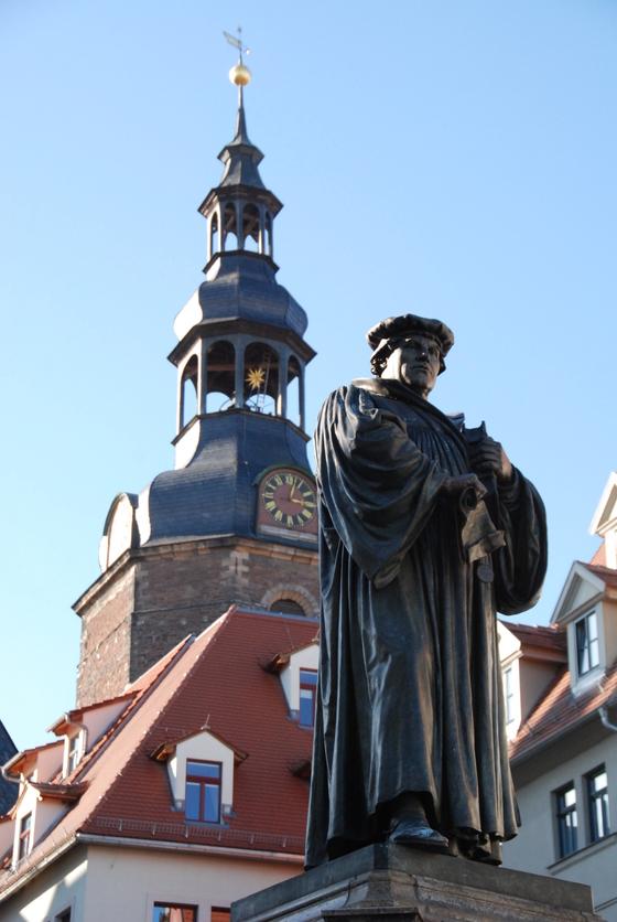 아이슬레벤 시청사 앞 광장에 세워져있는 마르틴 루터의동상.