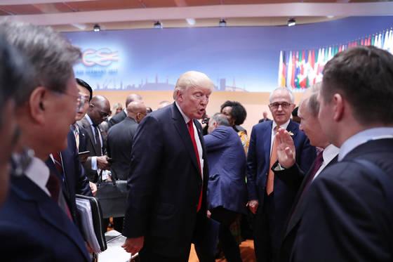 8일 오후(현지시각) 독일 함부르크에서 열리고 있는 G20정상회의 세션종료후 트럼프 미국 대통령이 푸틴 러시아 대통령과 대화를 나누고 있다. <청와대 제공>