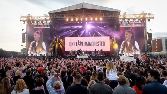 6월4일 맨체스터올드 트래퍼드크리켓 경기장에서 열린 맨체스터 추모 콘서트.5만명이 모인 이 콘서트는 온라인을 통해 생중계됐다. [중앙포토]