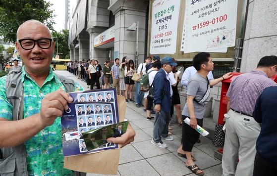 문재인 대통령 취임 100일을 맞아 기념 우표가 발행된 17일 오전 서울 광화문 우체국에서 시민들이 우표를 구입하기 위해 줄지어 서 있다. 김상선 기자