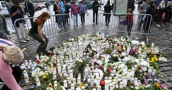 핀란드 흉기 난동 현장에서 희생자들을 추모하는 시민들. [AFP=연합뉴스]