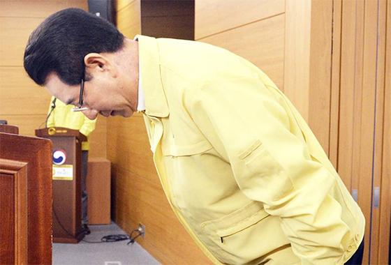 김영록 농림축산식품부 장관이 18일 오후 정부 세종청사에서 전국 살충제 계란 전수조사 결과를 발표하기에 앞서 대국민 사과를 하고 있다. [프리랜서 김성태]