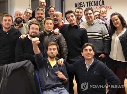 바르셀로나 테러로 희생된 이탈리아인 브루노 굴로타(가운데 검정 셔츠 입은 남성)가 직장 톰스 하드웨어 동료들과 함께 찍은 사진. [AP=연합뉴스]
